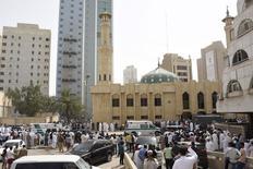 """Машина скорой помощи у мечети, где прогремел взрыв, в Кувейте. 26 июня 2015 года. Боевики """"Исламского государства"""" взяли на себя ответственность за взрыв смертника в кувейтской мечети в пятницу, в то время как в Тунисе объектом насилия стал отель. Нападения произошли в один день со смертоносной атакой во Франции, которую президент назвал террористической. REUTERS/Jassim Mohammed"""