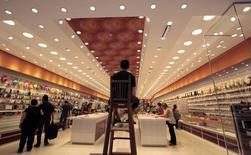 Un guardia de seguridad vigila mientras los clientes compran en una tienda en el centro de Sao Paulo, 19 de noviembre de 2014. El índice de confianza del consumidor brasileño cayó un 1,4 por ciento en junio, en su quinta baja este año, dijo el viernes la privada Fundación Getulio Vargas (FGV). REUTERS/Paulo Whitaker