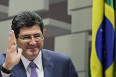El ministro de hacienda de Brasil, Joaquim Levy, durante una audiencia pública en el Senado, en Brasilia. 31 de marzo de 2015. Brasil redujo el jueves la banda de su rango meta de inflación para el 2017, el primer cambio a la meta oficial del país en 11 años, en un intento por ganar la confianza de un mercado que se ha mostrado escéptico sobre el compromiso del Gobierno por contener la fuerte alza de los precios. REUTERS/Ueslei Marcelino