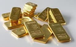 Unas barras de oro en la bóveda de un banco en Zúrich, 20 de noviembre de 2014. El oro se recuperaba el viernes de mínimos de dos semanas, en medio de la cautela antes de las negociaciones entre Grecia y sus acreedores este fin de semana, aunque las preocupaciones sobre las perspectivas a largo plazo para el metal en un entorno de alzas de tasas de interés limitaban las ganancias. REUTERS/Arnd Wiegmann