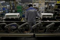 Сотрудник Daikin Industries Ltd на заводе в Кусацу, Япония 20 марта 2015 года. Промышленное производство в Японии снижалось в мае самыми быстрыми темпами за три месяца, подкрепляя опасения о том, что экономика могла сократиться во втором квартале. REUTERS/Yuya Shino
