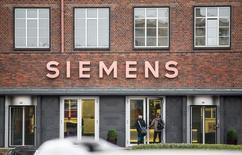 Le groupe industriel allemand Siemens a obtenu lundi le feu vert sans réserve des autorités européennes de la concurrence au rachat de la compagnie parapétrolière américaine Dresser-Rand pour 7,6 milliards de dollars (6,84 milliards d'euros). /Photo d'archives/REUTERS/Hannibal