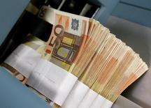 Foto de archivo de billetes de 50 euros, en el Banco Central de Bélgica, en Bruselas, 8 de diciembre de 2011. El euro caía casi un 2 por ciento el lunes y las bolsas de Asia anotaban fuertes caídas, luego de que los inversores se asustaron por el espectro de un impago de la deuda griega que obligó a Atenas a cerrar sus prestamistas para prevenir una corrida bancaria. REUTERS/Yves Herman