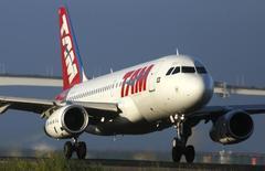 Aeronave da TAM no aeroporto Santos Dumont, no Rio de Janeiro.   16/12/2014    REUTERS/Pilar Olivares