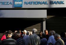 Aposentados e pensionistas do lado de fora de agência fechada do National Bank da Grécia, em Atenas. 29/06/2015  REUTERS/Yannis Behrakis