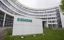 El logo de Siemens en un edificio de la compañía en Múnich, mayo 30 2014. El grupo industrial Siemens logró el lunes la aprobación incondicional de los reguladores de la Unión Europea a su oferta de adquisición de la compañía estadounidense de equipos petroleros Dresser-Rand por 7.600 millones de dólares. REUTERS/Lukas Barth