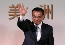 El primer ministro de China, Li Keqiang, saluda antes de participar en un evento en Bogotá, 22 de mayo de 2015. El primer ministro de China prometió el lunes que el país seguirá invirtiendo en deuda de la zona euro, reportaron medios oficiales chinos, y añadió que la crisis de financiamiento de Grecia también es un problema para Pekín. REUTERS/John Vizacino
