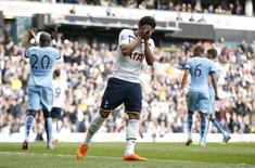 Paulinho em partida do Tottenham Hotspur contra Manchester City. 03/05/2015 Action Images via Reuters / Andrew Couldridge