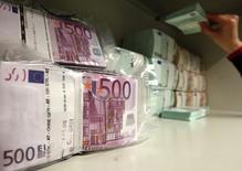 Diversos billetes de euros almacenados en la bóveda de un banco en Viena, abr 10 2013. La inflación en la zona euro podría haberse frenado en junio con más fuerza a lo previsto después de que los precios al consumidor en Alemania apenas subieron en el mes, una señal de que el alivio cuantitativo del Banco Central Europeo todavía no surte efecto. REUTERS/Heinz-Peter Bader