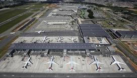 Aeronaves no aeroporto de Garulhos. 12/02/2015 REUTERS/Paulo Whitaker