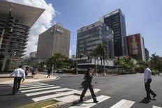 Imagen de archivo de la avenida Muñoz Rivera en el distrito financiero de San Juan, feb 27, 2014. El gobernador de Puerto Rico enfrenta duras decisiones sobre reformas y una posible reestructuración que aliviará a la isla de una carga de deuda de 73.000 millones de dólares, luego de la divulgación de un informe realizado por ex empleados del FMI sobre la estabilidad financiera del Estado Libre Asociado.  REUTERS/Ana Martinez