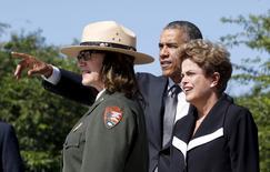 Los presidente de Estados Unidos, Barack Obama, y de Brasil, Dilma Rousseff, visitan el memorial de Martin Luther King Jr. en Washington, 19 de junio de 2015. REUTERS/Kevin Lamarque