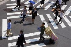 6月30日、厚生労働省が発表した5月の毎月勤労統計調査(速報)によると、物価の変動を考慮した実質賃金は前年比0.1%減となり、25カ月連続でマイナスとなった。減少幅は2カ月連続で0.1%と小幅にとどまった。都内で1月撮影(2015年 ロイター/Thomas Peter)