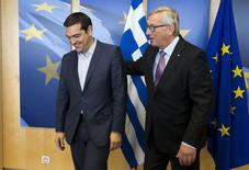 El primer ministro de Grecia, Alexis Tsipras, es recibido por el presidente de la Comisión Europea, Jean Claude Juncker, en una reunión en Bruselas, Bélgica, 24 de junio de 2015. Grecia aún no ha dado ninguna señal de respuesta a la oferta de último minuto entregada por sus acreedores para alcanzar un acuerdo que ponga fin a sus crisis de deuda, dijo el martes la Comisión Europea. REUTERS/Julien Warnand/Pool