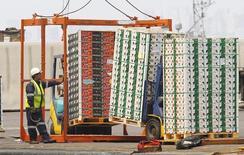 Un trabajador portuario revisando un cargamento de fruta de exportación en el puerto de Valparaíso, Chile, ene 8 2014. La producción manufacturera en Chile se contrajo en mayo y el desempleo aumentó, en una señal que confirma la debilidad de la actividad doméstica el mes pasado y que afianzaría la mantención de una política monetaria expansiva para apuntalar la economía en los siguientes meses.  REUTERS/Eliseo Fernandez (CHILE - Tags: CIVIL UNREST BUSINESS EMPLOYMENT)