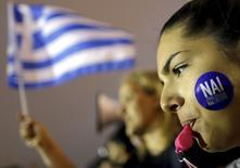 """""""Nai"""" (Oui, en grec) peut-on lire sur un autocollant lors d'une manifestation pro-européenne à Athènes. Les ministres des Finances de l'Eurogroupe ont convenu d'organiser mercredi matin à 11h30 une seconde téléconférence pour discuter de nouvelles propositions faites par la Grèce alors que son programme de renflouement arrivait à expiration mardi à minuit et que des signes d'inquiétude étaient perceptibles dans la population grecque à l'idée d'une sortie de la zone euro. /Photo prise le 30 juin 2015/REUTERS/Christian Hartmann"""