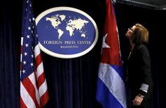 Bandeiras de EUA e Cuba em conferência em Washington.  22/5/2015. REUTERS/Yuri Gripas