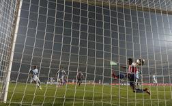 Paraguay's Paulo Da Silva (R) fails to stop a goal by Argentina's Angel Di Maria during their Copa America 2015 semi-final soccer match at Estadio Municipal Alcaldesa Ester Roa Rebolledo in Concepcion, Chile, June 30, 2015. REUTERS/Carlos Garcia Rawlins