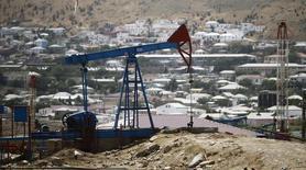 Станок-качалка в Баку 16 июня 2015 года. Цены на нефть снижаются, после того как Греция первой из развитых стран объявила дефолт по платежу МВФ, а США и ОПЕК повысили добычу нефти. REUTERS/Kai Pfaffenbach