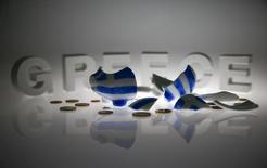 """Разбитая копилка в цветах Греции на фоне надписи """"Греция"""" в Берлине 30 июня 2015 года. Греция просит партнеров по еврозоне и Европейский центробанк помочь ей удержаться на плаву после того, как она объявила дефолт по кредиту Международного валютного фонда и потеряла замороженные деньги международной программы помощи. REUTERS/Pawel Kopczynski"""