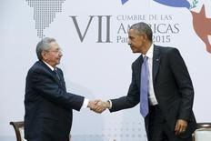 Presidente dos Estados Unidos, Barack Obama, e presidente de Cuba, Raúl Castro, durante encontro no Panamá.  11/04/2015    REUTERS/Jonathan Ernst