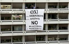 Funcionários do Ministério das Finanças fazem protesto em Atenas 1/7/2015 REUTERS/Jean-Paul Pelissier