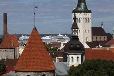 Старые здания на фоне паромов в порту Таллина 16 июня 2010 года. Раздающиеся в России призывы пересмотреть легитимность решения 1991 года о предоставлении Литве, Латвии и Эстонии независимости от Советского Союза встревожило балтийские государства, подогрев их противоречия с Москвой. REUTERS/Ints Kalnins