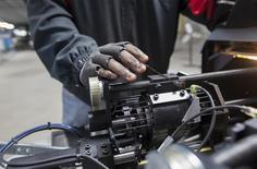 Un trabajador calibrando un eje en la nueva planta de Bicycle Corporation of America, en Manning, Carolina del Sur, 19 de noviembre de 2014. El crecimiento del sector manufacturero de Estados Unidos se aceleró en junio levemente más de lo esperado, según un reporte publicado el miércoles. REUTERS/Randall Hill