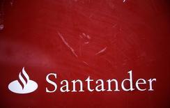 El logo de Santander es visto en una sucursal en el centro de Madrid, el 3 de febrero de 2014. El banco español Santander y el proveedor británico de software de banca móvil Monitise han formalizado un proyecto conjunto para invertir en negocios de tecnología financiera, dijeron el miércoles. REUTERS/Andrea Comas