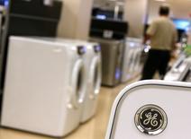 Le département américain de la Justice a annoncé mercredi l'ouverture d'une procédure visant à empêcher le rachat par le suédois Electrolux de la division électroménager de General Electric pour 3,3 milliards de dollars. /Photo d'archives/REUTERS/Jim Young