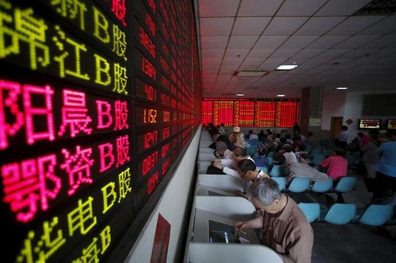 Investors look at computer screens showing stock information at a brokerage house in Shanghai, May 26, 2015.  REUTERS/Aly Song