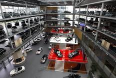 Le marché automobile allemand a progressé de 13% en juin avec 313.600 immatriculations de voitures neuves, soit son meilleur mois depuis le début de l'année, a annoncé jeudi la fédération professionnelle VDA. /Photo d'archives/REUTERS/Michaela Rehle
