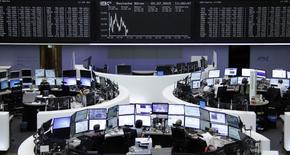 Operadores trabajando en la Bolsa de Fráncfort, 2 de julio de 2015. Las bolsas europeas subían el jueves en la apertura, impulsadas por la española Amadeus, aunque los mercados eran cautelosos por la situación en Grecia, a sólo días de un referendo que podría decidir su futuro en la zona euro. REUTERS/Remote/Staff