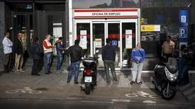 Personas ante una oficina de empleo en Madrid. El número de españoles registrados como desempleados cayó un 2,25 por ciento en junio respecto al mes anterior, o en 94.727 personas, lo que dejó a 4,12 millones de personas sin trabajo, mostraron el jueves datos del Ministerio de Trabajo. REUTERS/Andrea Comas