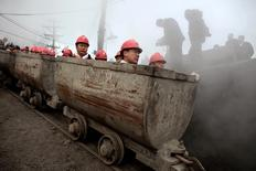 Trabalhadores entrando em mina em Hegang, na China.   22/11/2009  REUTERS/Aly Song