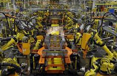 Brazos robóticos soldando el chasis de una camioneta Ford, en la planta de ensamblaje de Ford en Claycomo, Misuri, 30 de abril de 2014. Los nuevos pedidos de bienes de fábricas de Estados Unidos bajaron más de lo previsto en mayo por la debilidad de la demanda de equipos de transporte y eléctricos, una señal de que el sector manufacturero siguió flojo. REUTERS/Dave Kaup