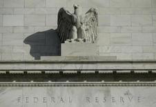 Una estatua de un águila en el frontis de la Reserva Federal en Washington, 28 de octubre de 2014. Los contratos de futuros de las tasas de interés estadounidenses a corto plazo subieron el jueves, luego de que un reporte de empleo más débil de lo esperado llevara a los operadores a inclinarse por la opción de que la Reserva Federal esperará hasta el próximo año para elevar las tasas de interés. REUTERS/Gary Cameron