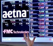 L'assureur Aetna annonce vendredi racheter son concurrent Humana pour 37 milliards de dollars (33,3 milliards d'euros), soit 230 dollars par action environ, une transaction effectuée en numéraire et en titres. /Photo d'archives/REUTERS/Brendan McDermid