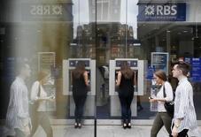 Royal Bank of Scotland risque de devoir payer 13 milliards de dollars (11,7 milliards d'euros) pour régler un litige lié à des actifs immobiliers titrisés (mortgage-backed securities, MBS), selon des documents judiciaires américains. /Photo prise le 17 juin 2015/REUTERS/Stefan Wermuth