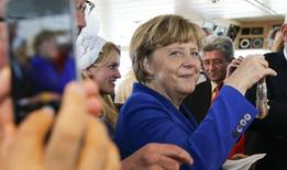 La actividad empresarial de la zona euro se expandió a su ritmo más rápido en cuatro años el mes pasado porque el paquete de estímulo del Banco Central Europeo tuvo más peso que el temor a una salida de Grecia de la unión monetaria, según mostraron sondeos publicados el viernes.  En la imagen, la canciller alemana, Angela Merkel, en una fábrica en Sassnitz on Ruegen el 26 de mayo de 2015. REUTERS/Fabrizio Bensch