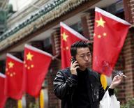 Homem em frente bandeira nacional da China, em Pequim.  11/05/2015   REUTERS/Kim Kyung-Hoon