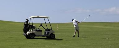 Un turista canadiense juega al golf en  un campo de Varadero, a unos 135 kilómetros de la Habana, el 22 de mayo de 2010. Un promotor inmobiliario británico tiene planeado comenzar el próximo año las obras del primer campo de golf de lujo en Cuba, un proyecto valorado en 500 millones de dólares que podría transformarse en la mayor inversión extranjera privada en la isla desde el colapso de la Unión Soviética. REUTERS/Enrique De La Osa