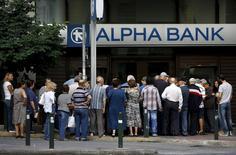 """Pensionados hacen fila afuera de un banco Alpha Bank, en Atenas, Grecia, 1 de julio de 2015. Los bancos griegos tienen un """"colchón de liquidez"""" de 1.000 millones de euros pero los fondos más allá del lunes dependen del Banco Central Europeo, dijo el viernes la responsable de la asociación bancaria griega. REUTERS/Yannis Behrakis"""