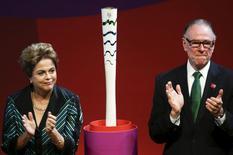 Presidente Dilma Rousseff e presidente do comitê Rio 2016, Carlos Arthut Nuzman, ao lado da tocha dos Jogos. 03/07/2015 REUTERS/Wenderson Araujo