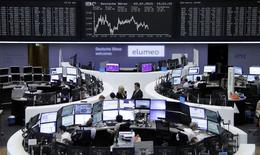 Operadores trabajando en la bolsa de Fráncfort, Alemania, 3 de julio de 2015. Las acciones europeas cerraron en baja el viernes y uno de los principales índices referenciales sufrió su mayor caída semanal en el año, en medio de la cautela de muchos inversores que prefirieron esperar los resultados del referendo que Grecia celebrará por las condiciones de un rescate financiero. REUTERS/Stringer