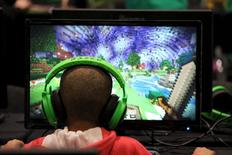 Menino joga Minecraft durante Minecon em Londres