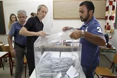 """Le """"non"""" est nettement en tête au référendum de dimanche en Grèce sur les propositions des créanciers internationaux, recueillant un peu plus de 60% des suffrages contre un peu moins de 40% pour le """"oui"""", sur la base de 29% des bulletins de vote dépouillés, indique le ministère de l'Intérieur sur son site internet. /Photo prise le 5 juillet 2015/REUTERS/Stefanos Rapanis"""