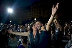 """Gregos comemora vitória do """"Não"""" em referendo que rejeitou termos de pacote de ajuda financeira e que imporia novas medidas de austeridade fiscal ao país."""