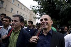 Imagen de archivo de Yanis Varoufakis (Derecha) y  Euclid Tsakalotos (Izqda.) caminando hacia el Parlamento en Atenas, el 28 de junio de 2015. El saliente ministro de Finanzas de Grecia, Yanis Varoufakis, dio a entender el lunes que el negociador del rescate Euclid Tsakalotos sería su sucesor en el cargo, al afirmar que los dos comparececerían juntos ante la prensa el martes. REUTERS/Alkis Konstantinidis