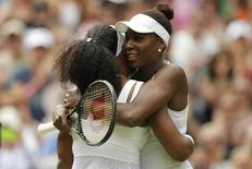 Tenistas Serena e Venus Williams em Wimbledon. 06/07/2015 Action Images via Reuters/Andrew Couldridge